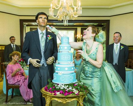 Donna sposa manichino per dimostrare che anche i single sono felici